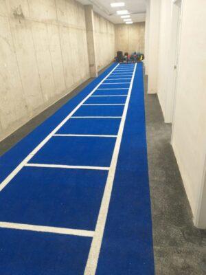 Césped artificial azul con lineas blancas para pista de arrastre