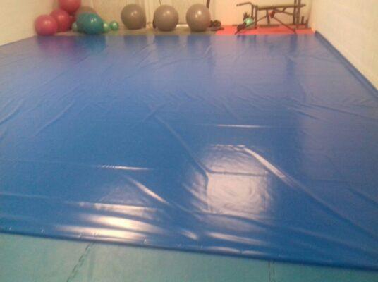Planchas de aglomerado de poliuretano de 100x100x4 cm y 150 kg de densidad recubiertas con lona de PVC azul